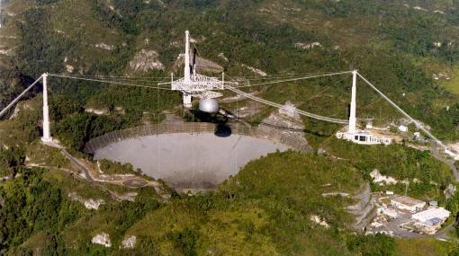 『007 ゴールデンアイ』のラストステージにも登場した「アレシボ天文台」のプラットフォーム崩落。ジェームズ・ボンドと宿敵006が戦った場所が永遠に失われる