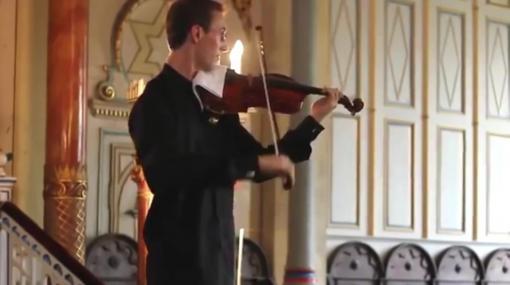 【ハプニング】バイオリン奏者がコンサート中になったお客さんのデレステ起動音をユーモラスにカバー!